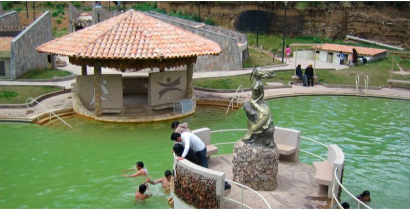 aguas-termales-piscina-del-barrio-de-san-cristobal